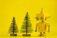 Robot sur un fond jaune images stock