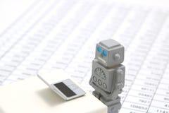 Robot, sztuczna inteligencja lub laptop na liczbie stoły w dokumencie fotografia stock