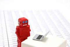 Robot, sztuczna inteligencja lub laptop na liczbie stoły w dokumencie obraz royalty free