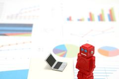 Robot, sztuczna inteligencja lub laptop na wykresach i mapach Pojęcie sztuczna inteligencja zdjęcia royalty free