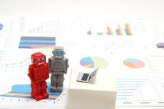 Robot, sztuczna inteligencja lub laptop na wykresach i mapach Pojęcie sztuczna inteligencja obraz stock