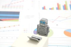 Robot, sztuczna inteligencja lub laptop na wykresach i mapach Pojęcie sztuczna inteligencja obraz royalty free