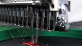 Robot szwalna maszyna Automatyczna szwalna maszyna automatyzuj?ca maszyna haftuje wz?r z czerwonymi niciami na czerni zbiory wideo