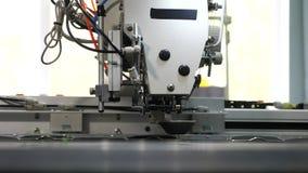 Robot szwalna maszyna Automatyzuj?ca maszyna haftuje wz?r na sztucznej sk?rze Robotyka pracy w krawiectwie zbiory