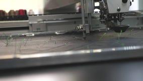 Robot szwalna maszyna Automatyzuj?ca maszyna haftuje wz?r na sztucznej sk?rze Robotyka pracy w krawiectwie zdjęcie wideo