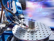Robot tenant l'injection de seringue de colle au téléphone images libres de droits