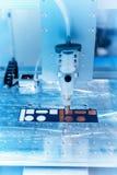 Robot tenant l'injection de seringue de colle sur la carte photo stock