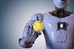 Robot tenant le bitcoin d'or Images stock