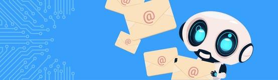Robot tenant le Bot de broutement de lettres d'email d'enveloppes au-dessus du fond de circuit Bannner horizontal avec l'espace d illustration stock