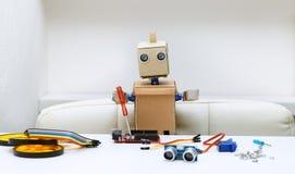 Robot trzyma śrubokręt, następnie będzie częściami dla gromadzić Fotografia Stock