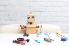 Robot trzyma śrubokręt w jego ręce i zbiera machi Zdjęcie Stock