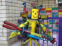 Robot uit oude die autodelen van metaalpuin worden gemaakt in de stijl van steampunk Stock Fotografie