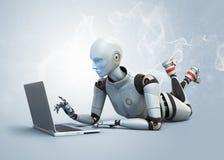 Robot usando el ordenador portátil Imagen de archivo
