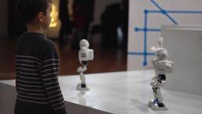 Robot y niño Muchacho que busca el robot del baile Muchacho y grupo de juguete del robot metrajes