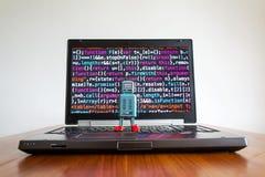 Robot z źródło kodu ekranem, sztuczna inteligencja, głęboki uczenie pojęcie obraz stock