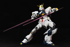 Robot z dwa belkowatymi sabers Obrazy Royalty Free