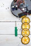 Robot z kołami i śrubokrętem potrzebującymi budować robot ver Zdjęcie Royalty Free