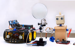 Robot z rękami i robot z kołami jesteśmy na stole Fotografia Stock