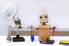 Robot z rękami jest na stole częściami fo obok go i jest Obraz Stock