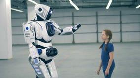 Robota i dziewczyny dotyka ręki Futurystyczny humanoid robot zbiory wideo