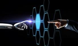 Robota i ludzkiej ręki sieci wzruszający hologram Obraz Stock