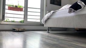 Robota próżniowy cleaner biega pod łóżkiem zbiory