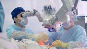 Robotachtig Chirurgieconcept Arts die robot voor chirurgie het perfoming gebruiken stock video