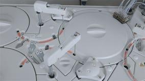 Robotachtige armworks met medische analyse, test in farmaceutische fabriek stock videobeelden