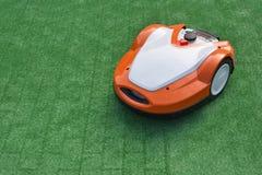 Robotachtige grasmaaimachine royalty-vrije stock afbeeldingen