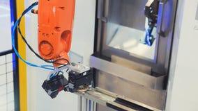 Robotachtige handwerktuigmachine bij industriële vervaardigingsfabriek stock afbeelding