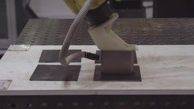 Robotachtige handwerktuigmachine bij industriële vervaardigingsfabriek Het robotachtige wapen gebruikt magneet om metaalbladen te stock footage