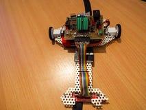 Robotachtige machine met elektronische delen Stock Afbeelding