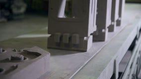 Robotachtige transportband met industrieel materiaal stock video