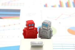Robotar eller konstgjord intelligens och bärbar dator på grafer och diagram Begrepp av konstgjord intelligens Royaltyfri Bild