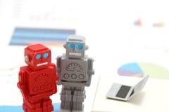 Robotar eller konstgjord intelligens och bärbar dator på grafer och diagram Begrepp av konstgjord intelligens Royaltyfria Bilder