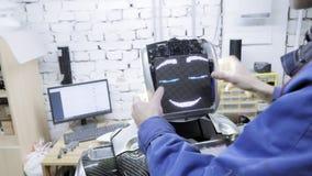 Robotar för fabrik för tillverkning av Forskaren sätter in brädet - framsidan av roboten Ger liv till roboten arkivfilmer