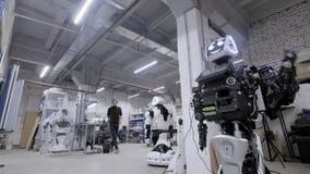 Robotar för fabrik för tillverkning av, moderna robotic utvecklingar Den demonteraa roboten vinkar hans händer i hälsning arkivfilmer
