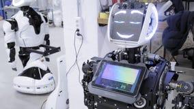 Robotar för fabrik för tillverkning av, moderna robotic utvecklingar En grupp av teknikerer arbetar för att skapa ett nytt stock video