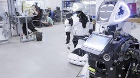 Robotar för fabrik för tillverkning av, moderna robotic utvecklingar En grupp av teknikerer arbetar för att skapa ett nytt lager videofilmer