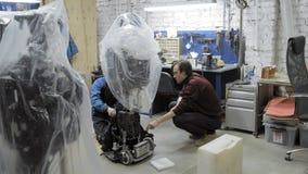 Robotar för fabrik för tillverkning av Teknikern undersöker roboten Skapar en ny robot i labbet Reparationsrobot lager videofilmer