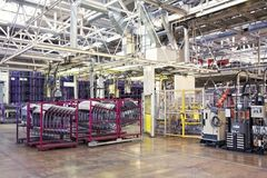 Robotar i en bilfabrik Arkivbild