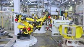 Robotar i en bilfabrik stock video