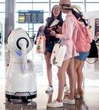 Robotar i flygplatsterminalen Royaltyfri Foto