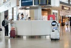 Robotar i flygplatsterminalen Royaltyfria Bilder