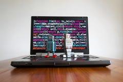 Robotar med skärmen för källkod, konstgjord intelligens, djupt lärande begrepp Arkivbilder