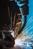 Robotar som svetsar i en bilfabrik Fotografering för Bildbyråer