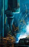 Robotar som svetsar i en bilfabrik Royaltyfri Foto