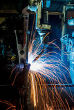 Robotar som svetsar i en bilfabrik Royaltyfria Bilder