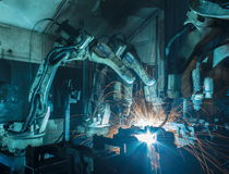 Robotar som svetsar i en bilfabrik Royaltyfria Foton