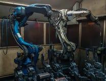 Robotar som svetsar laget Royaltyfria Foton
